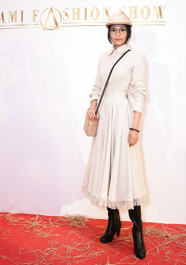 Phi Thanh Vân khoe ngực phản cảm, Chi Pu make-up ma quái lọt top sao mặc xấu tuần này-10
