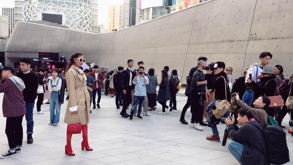 Cuối cùng Hoa hậu Phạm Hương cũng chịu xuất hiện ở Seoul Fashion Week-3