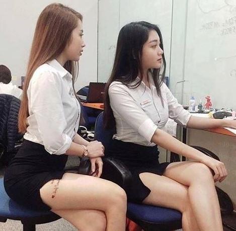 Hai cô gái gây tranh cãi khi diện váy ngắn, lộ hình xăm nơi làm việc-1