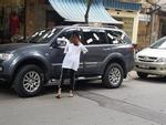 Cô gái dán băng vệ sinh lên xe ô tô: 'Tôi không sai, chủ xe mới vô ý thức'