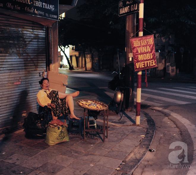 Theo chân những phụ nữ Việt vất vả mưu sinh trong đêm và nụ cười bừng sáng ngày lễ dành cho chính họ-1