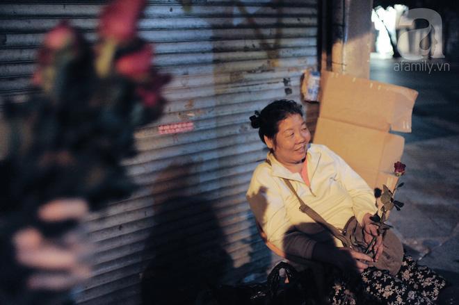 Theo chân những phụ nữ Việt vất vả mưu sinh trong đêm và nụ cười bừng sáng ngày lễ dành cho chính họ-2