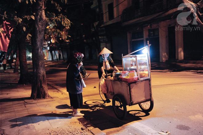Theo chân những phụ nữ Việt vất vả mưu sinh trong đêm và nụ cười bừng sáng ngày lễ dành cho chính họ-3