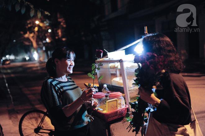 Theo chân những phụ nữ Việt vất vả mưu sinh trong đêm và nụ cười bừng sáng ngày lễ dành cho chính họ-4