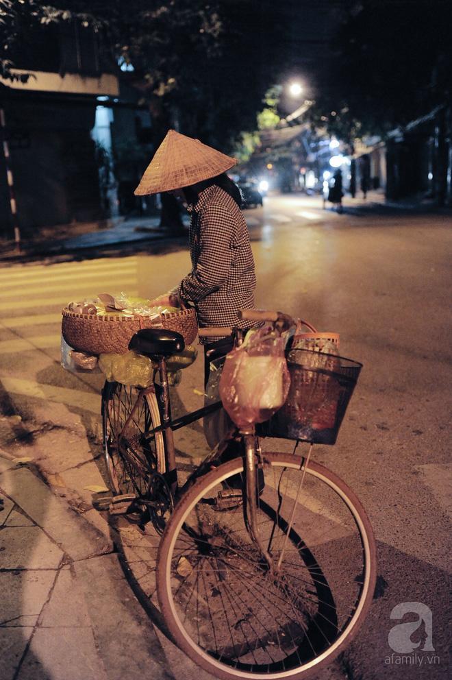Theo chân những phụ nữ Việt vất vả mưu sinh trong đêm và nụ cười bừng sáng ngày lễ dành cho chính họ-5