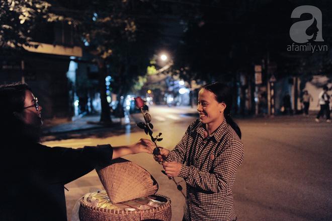 Theo chân những phụ nữ Việt vất vả mưu sinh trong đêm và nụ cười bừng sáng ngày lễ dành cho chính họ-6