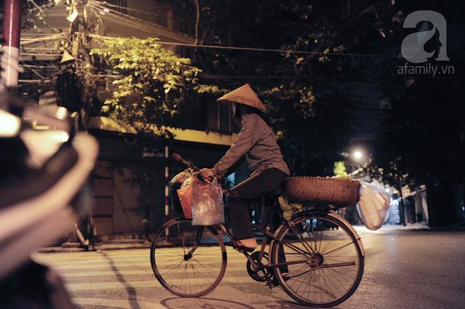 Theo chân những phụ nữ Việt vất vả mưu sinh trong đêm và nụ cười bừng sáng ngày lễ dành cho chính họ-7