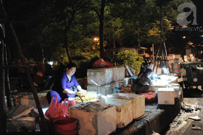 Theo chân những phụ nữ Việt vất vả mưu sinh trong đêm và nụ cười bừng sáng ngày lễ dành cho chính họ-10