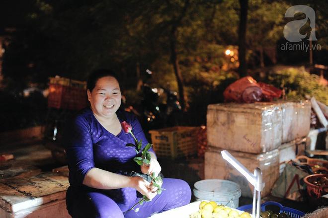 Theo chân những phụ nữ Việt vất vả mưu sinh trong đêm và nụ cười bừng sáng ngày lễ dành cho chính họ-11
