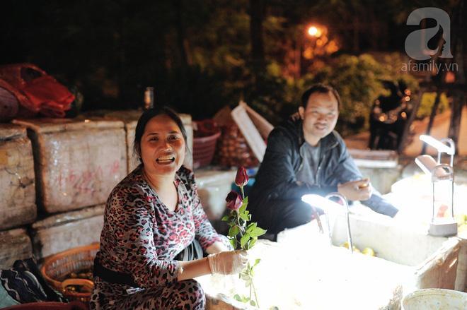 Theo chân những phụ nữ Việt vất vả mưu sinh trong đêm và nụ cười bừng sáng ngày lễ dành cho chính họ-12