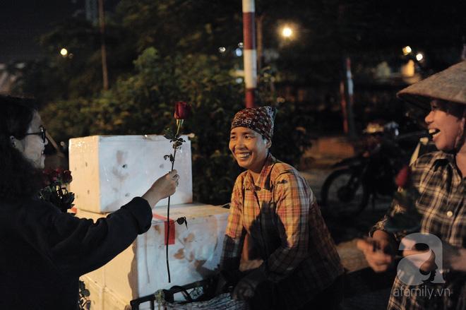 Theo chân những phụ nữ Việt vất vả mưu sinh trong đêm và nụ cười bừng sáng ngày lễ dành cho chính họ-13