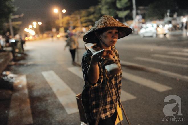 Theo chân những phụ nữ Việt vất vả mưu sinh trong đêm và nụ cười bừng sáng ngày lễ dành cho chính họ-8