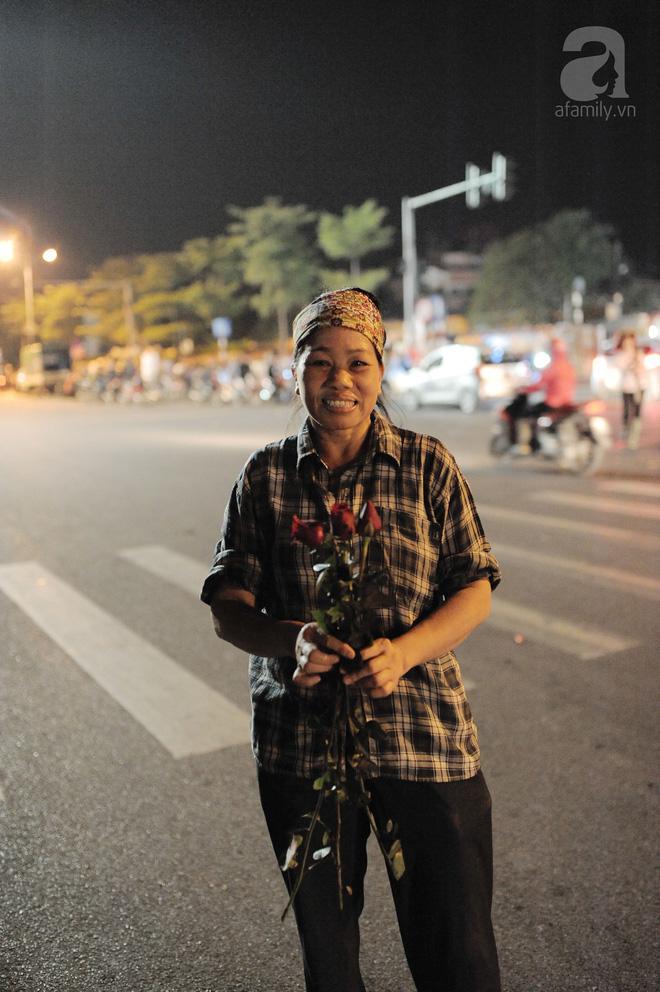 Theo chân những phụ nữ Việt vất vả mưu sinh trong đêm và nụ cười bừng sáng ngày lễ dành cho chính họ-9