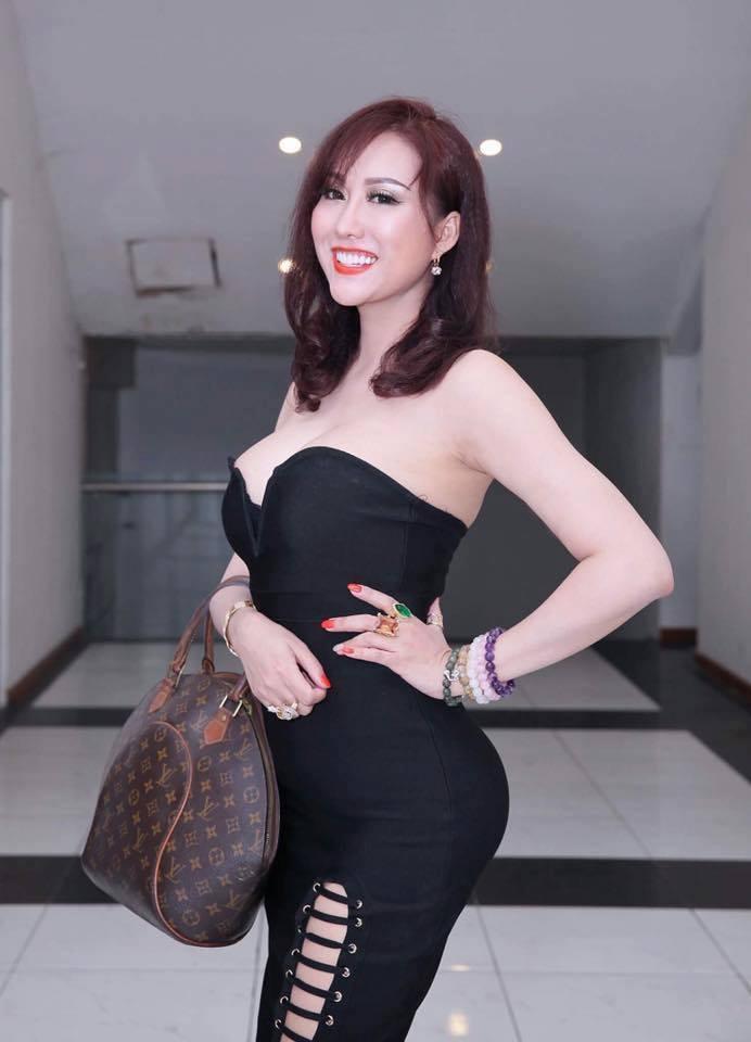 Phi Thanh Vân khoe ngực phản cảm, Chi Pu make-up ma quái lọt top sao mặc xấu tuần này-3