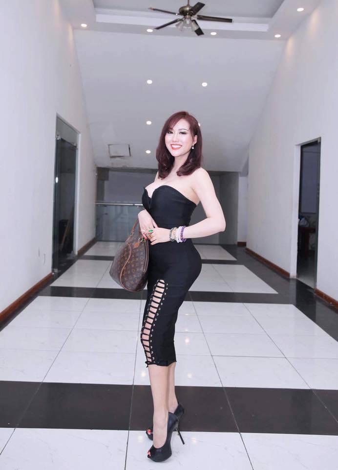 Phi Thanh Vân khoe ngực phản cảm, Chi Pu make-up ma quái lọt top sao mặc xấu tuần này-4