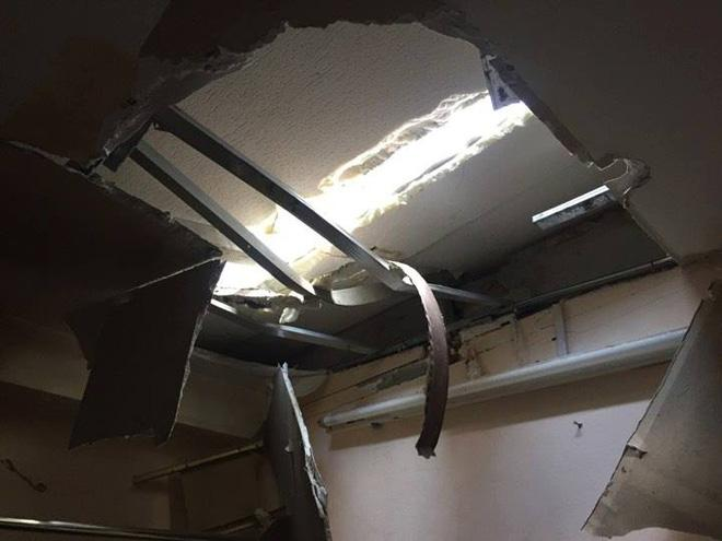 Hà Nội: Thót tim 2 thanh sắt rơi từ tòa nhà 27 tầng xuyên thủng mái nhà người dân-2