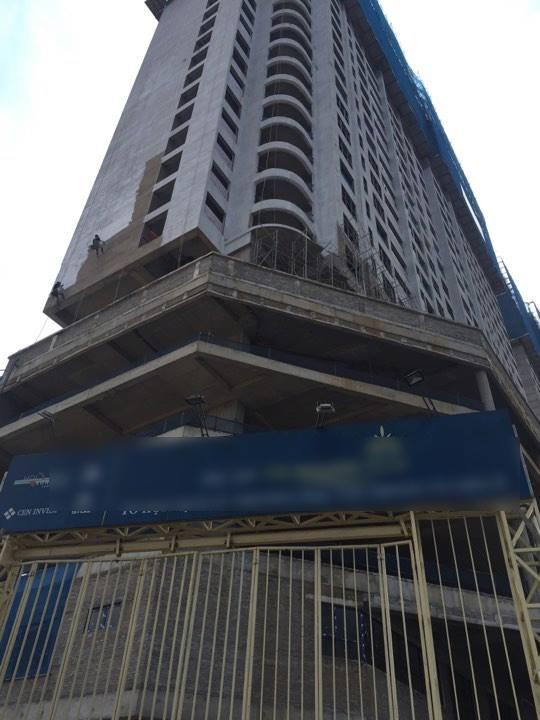 Hà Nội: Thót tim 2 thanh sắt rơi từ tòa nhà 27 tầng xuyên thủng mái nhà người dân-3