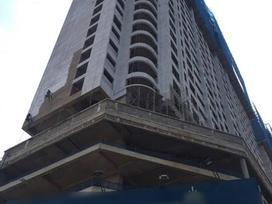 Hà Nội: Thót tim 2 thanh sắt rơi từ tòa nhà 27 tầng xuyên thủng mái nhà người dân