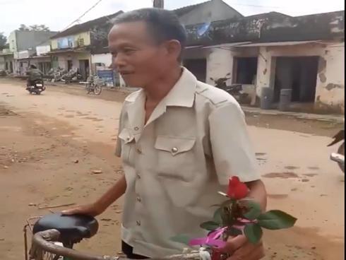 Chuyện tình thời 'ông bà anh': Cụ ông đi xe 'cà tàng' mua hoa về tặng vợ