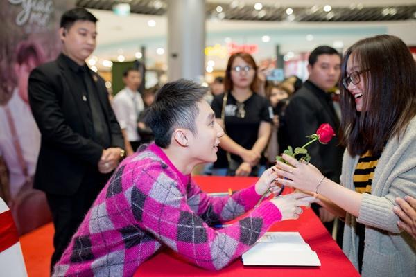 Chị gái cậu bé ung thư xin chữ ký tự truyện Sơn Tùng về đặt lên bàn thờ em trai-9