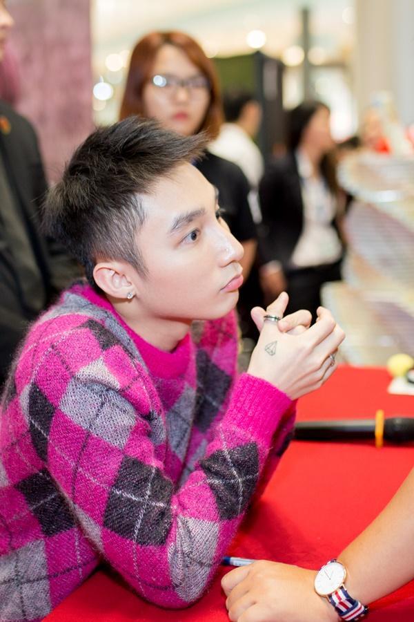 Chị gái cậu bé ung thư xin chữ ký tự truyện Sơn Tùng về đặt lên bàn thờ em trai-13