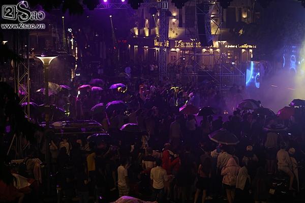 Dàn sao Việt cùng khán giả đội mưa xem thời trang ở phố đi bộ-6