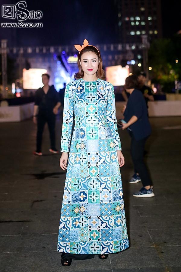 Dàn sao Việt cùng khán giả đội mưa xem thời trang ở phố đi bộ-3