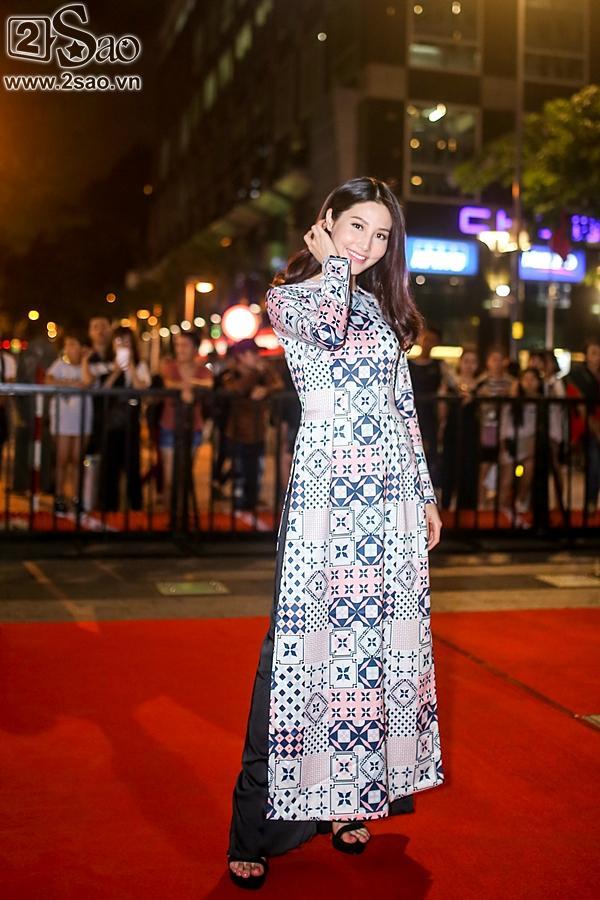Dàn sao Việt cùng khán giả đội mưa xem thời trang ở phố đi bộ-4
