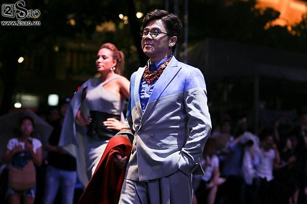 Dàn sao Việt cùng khán giả đội mưa xem thời trang ở phố đi bộ-8