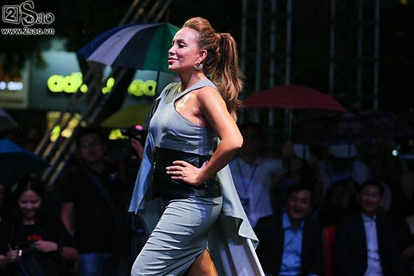 Dàn sao Việt cùng khán giả đội mưa xem thời trang ở phố đi bộ-9