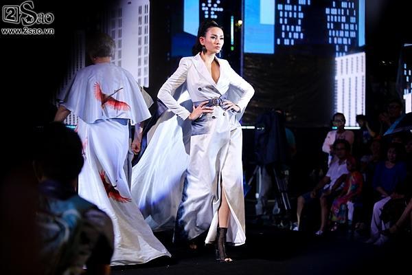 Dàn sao Việt cùng khán giả đội mưa xem thời trang ở phố đi bộ-10