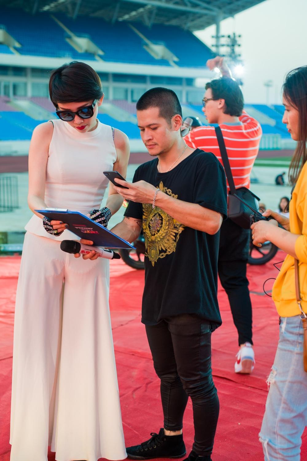 Hoàng Touliver đứng một góc chăm chú theo dõi Tóc Tiên duyệt chương trình-5