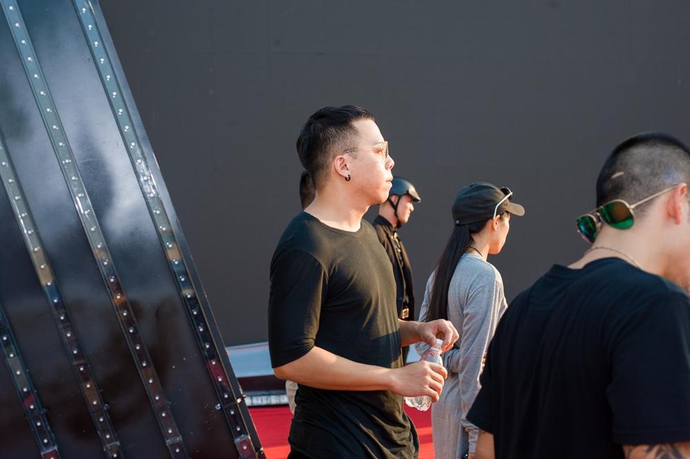 Hoàng Touliver đứng một góc chăm chú theo dõi Tóc Tiên duyệt chương trình-9