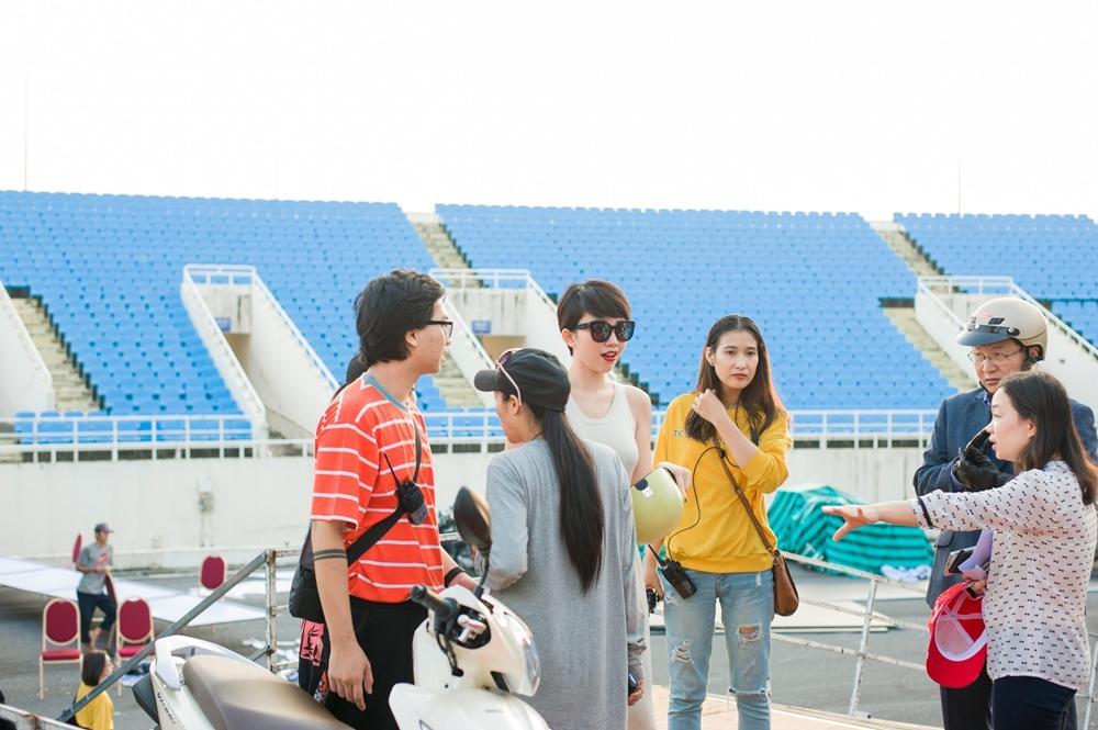 Hoàng Touliver đứng một góc chăm chú theo dõi Tóc Tiên duyệt chương trình-6