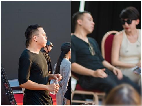 Hoàng Touliver đứng một góc chăm chú theo dõi Tóc Tiên duyệt chương trình