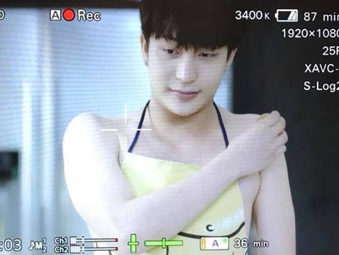 Hot girl - hot boy Việt 21/10: B Trần khoe body hoàn hảo khi mặc tạp dề vào bếp