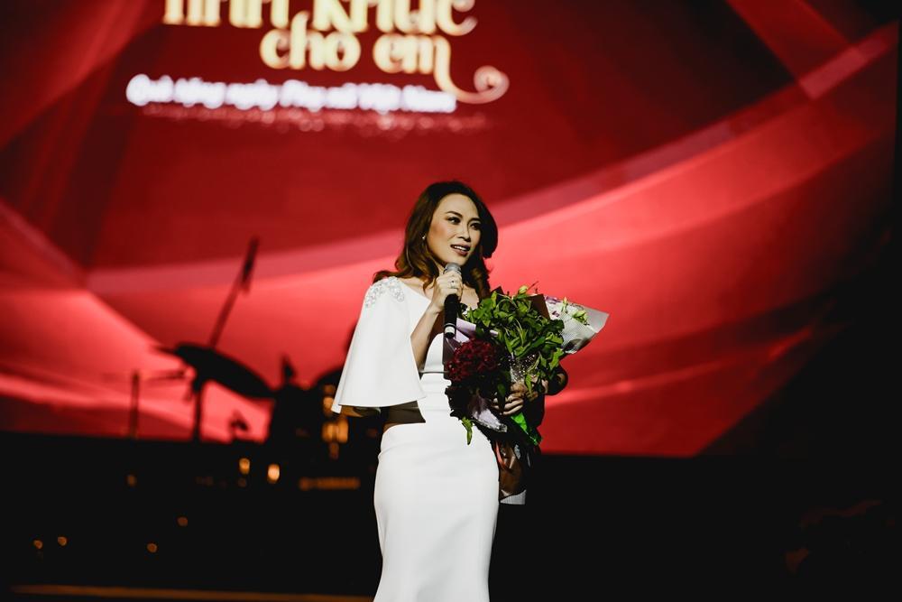 Mỹ Tâm bất ngờ được tặng hoa rau muống từ fan sau khi hát hit triệu views-6