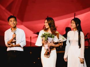 Mỹ Tâm bất ngờ được tặng 'hoa rau muống' từ fan sau khi hát hit triệu views