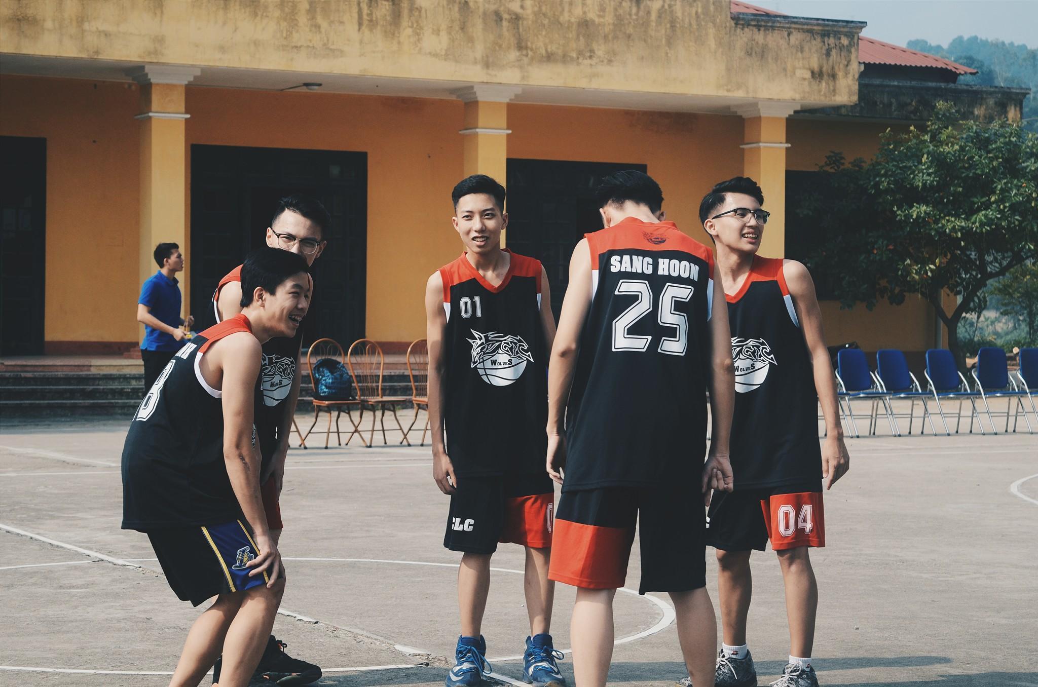 Vườn sao băng đời thực: Nữ sinh Lào Cai lọt thỏm giữa 4 chàng bạn thân đẹp trai, học giỏi, mê bóng rổ-3