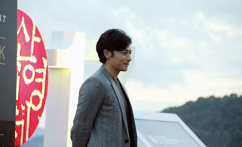 Sao Hàn 21/10: Mỹ nhân mặt đơ Shin Se Kyung khoe vẻ đẹp nữ thần với Hanbok-6