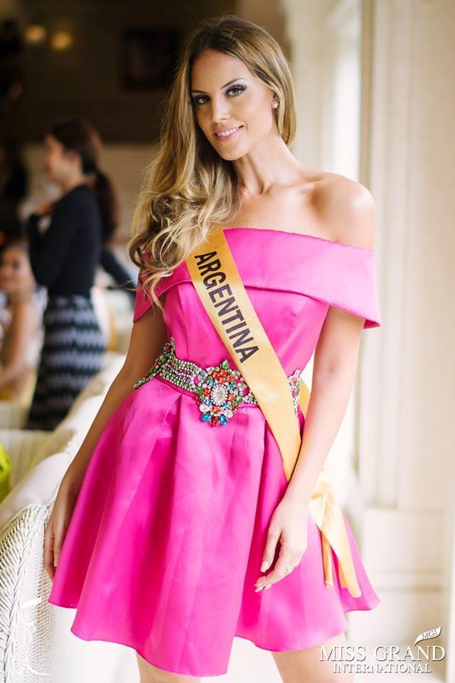 Những bộ trang phục kém xinh của dàn thí sinh tại Hoa hậu Hòa bình-1