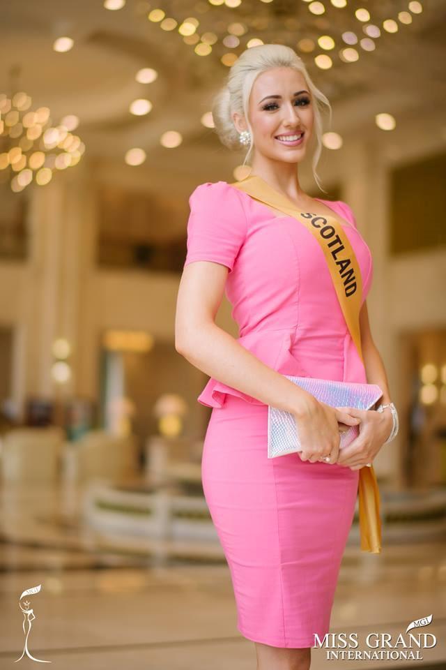 Những bộ trang phục kém xinh của dàn thí sinh tại Hoa hậu Hòa bình-5