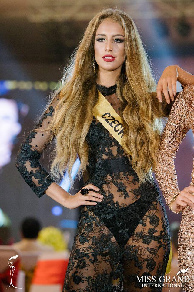 Những bộ trang phục kém xinh của dàn thí sinh tại Hoa hậu Hòa bình-7