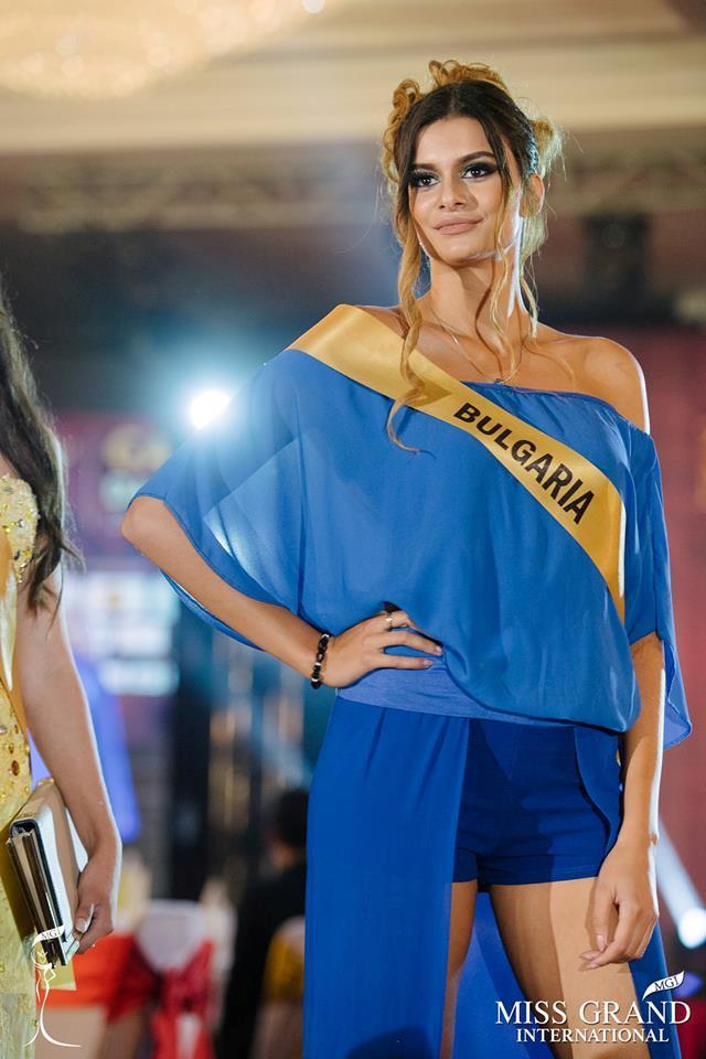 Những bộ trang phục kém xinh của dàn thí sinh tại Hoa hậu Hòa bình-9