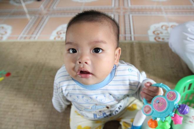 Bé trai bị mẹ bỏ rơi ở nhà nghỉ được nữ công an cho bú: Cháu vẫn còn nhớ sữa mẹ lắm-3