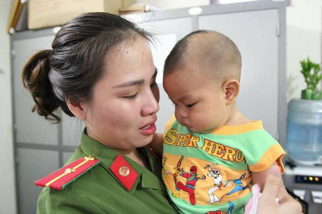 Bé trai bị mẹ bỏ rơi ở nhà nghỉ được nữ công an cho bú: Cháu vẫn còn nhớ sữa mẹ lắm-5