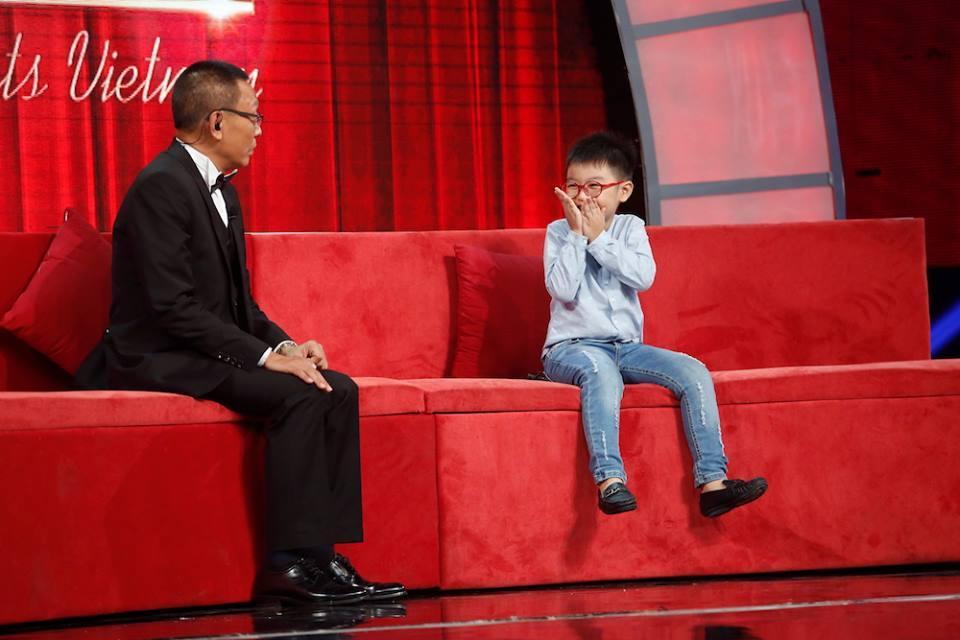 Thánh biết tuốt 6 tuổi vượt mặt MC Lại Văn Sâm trên sân khấu Mặt trời bé con-3