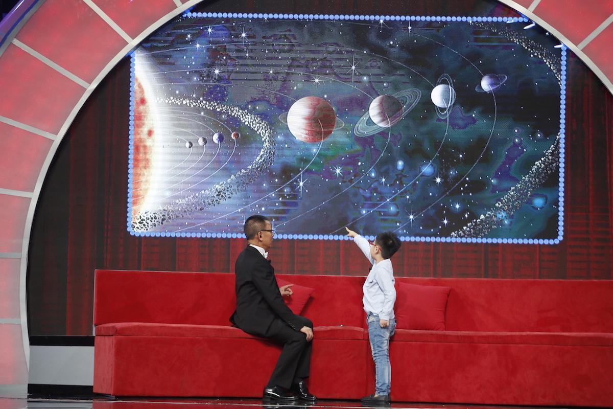 Thánh biết tuốt 6 tuổi vượt mặt MC Lại Văn Sâm trên sân khấu Mặt trời bé con-1
