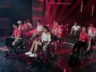 Glee: Angela Phương Trinh, Hòa Minzy ngồi hát trên xe lăn