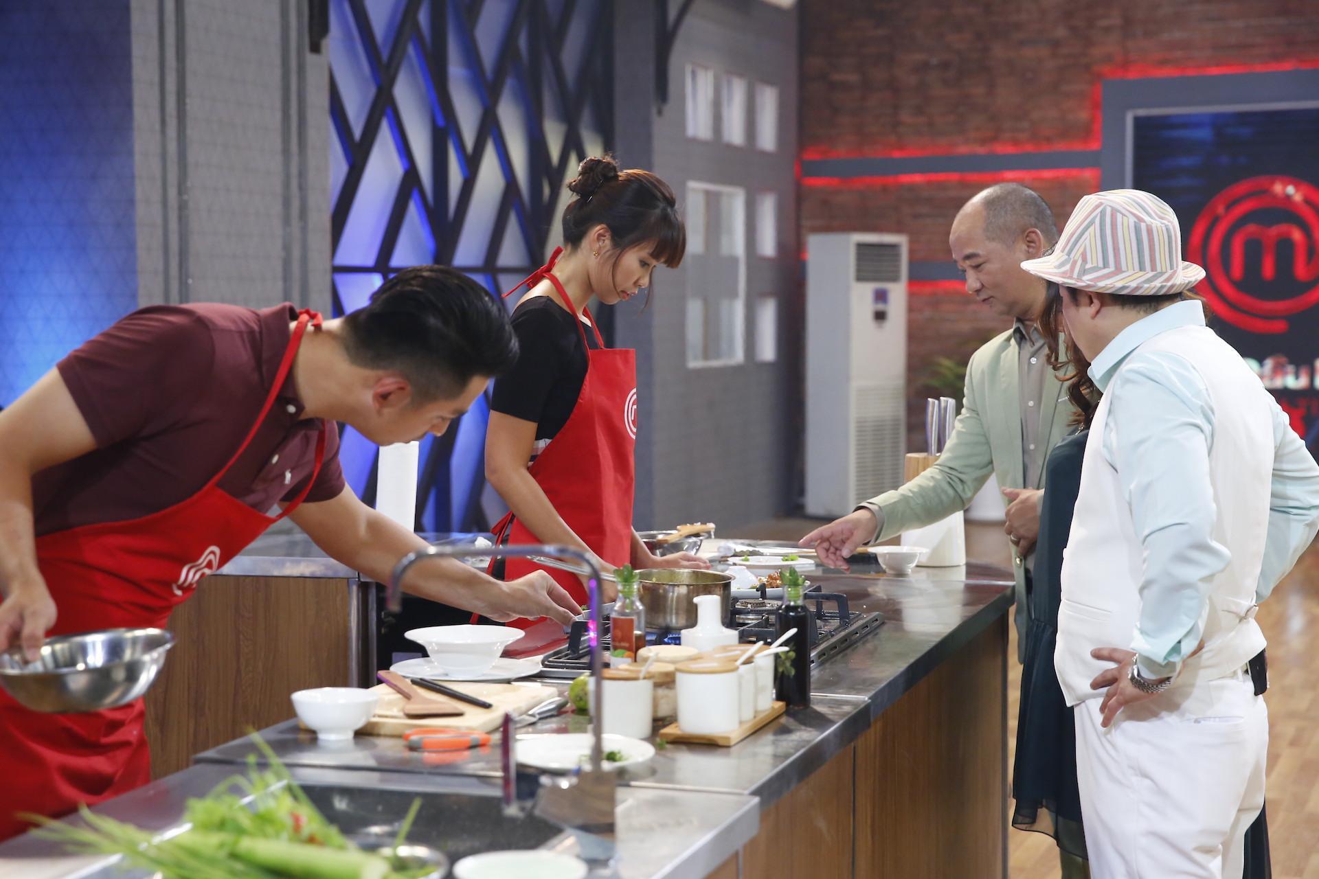 Trổ tài làm cánh gà chiên mắm, Hà Anh ẵm ngay chiến thắng tập 1 Vua đầu bếp-2